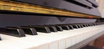 Πληκτρολόγιο πιάνων, χαμηλή γωνία, εκλεκτική εστίαση Στοκ Φωτογραφίες