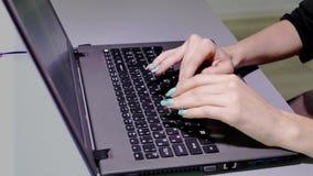 Πληκτρολόγιο lap-top από την εστίαση απόθεμα βίντεο