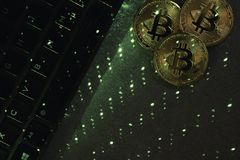 Πληκτρολόγιο lap-top με το bitcoin στοκ εικόνα