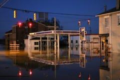 Πλημμυρίζοντας βενζινάδικο ποταμών στην αυγή, Ιντιάνα τη νύχτα στοκ εικόνες