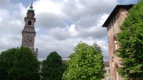 Πλημμυρίζοντας φως ήλιων στα δέντρα και τον πύργο Bramante, Vigevano, PV, Ιταλία απόθεμα βίντεο