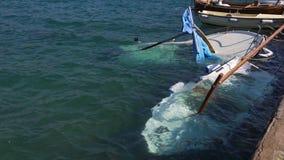 Πλημμυρισμένα αλιευτικά σκάφη κοντά στην αποβάθρα μετά από τη μεγάλη θύελλα απόθεμα βίντεο