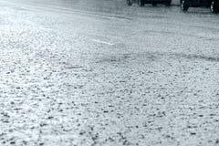 Πλημμυρισμένος δρόμος με τις σταγόνες βροχής κατά τη διάρκεια της δυνατής βροχής Στοκ Εικόνα