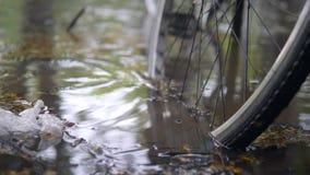 Πλημμυρισμένος δρόμος πόλεων μετά από τη βαριά θύελλα Ποδήλατο που σταθμεύουν στα βαθιά νερά Εποχή βροχής στην Ασία 4K απόθεμα βίντεο