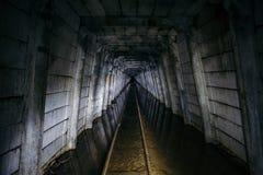 Πλημμυρισμένο εγκαταλειμμένο ορυχείο ουράνιου με το σκουριασμένο σιδηρόδρομο στοκ εικόνες