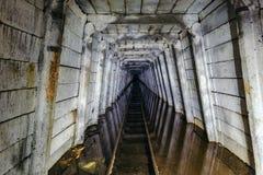 Πλημμυρισμένο εγκαταλειμμένο ορυχείο ουράνιου με το σκουριασμένο σιδηρόδρομο στοκ φωτογραφίες