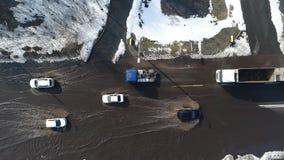 Πλημμυρισμένο οδικό τμήμα με τα αυτοκίνητα απόθεμα βίντεο