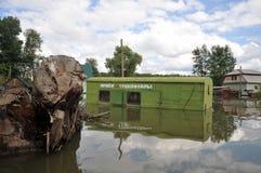 Πλημμυρισμένο σημείο της παραλαβής των εμπορευματοκιβωτίων γυαλιού Ο ποταμός Ob, που προέκυψε από τις ακτές, πλημμύρισε τα περίχω Στοκ Φωτογραφία