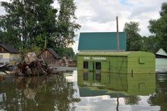 Πλημμυρισμένο σημείο της παραλαβής των εμπορευματοκιβωτίων γυαλιού Ο ποταμός Ob, που προέκυψε από τις ακτές, πλημμύρισε τα περίχω Στοκ εικόνες με δικαίωμα ελεύθερης χρήσης