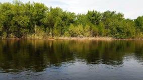 Πλημμύρα του νερού στον ποταμό την άνοιξη απόθεμα βίντεο