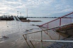 Πλημμύρα το χειμώνα στο Ρήνο με μια γέφυρα και επιπλέοντα εμπορεύματα Στοκ εικόνα με δικαίωμα ελεύθερης χρήσης