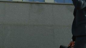Πληρεξούσιος που μιλά στο τηλέφωνο κυττάρων, που περπατά κοντά στο κτήριο δικαστηρίων, νομοθεσία, νόμος φιλμ μικρού μήκους