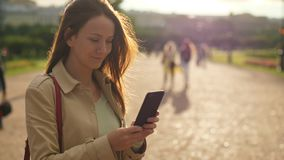 Πληροφορίες ανάγνωσης γυναικών στο smartphone, πορτρέτο ενάντια στο φως του ήλιου φιλμ μικρού μήκους