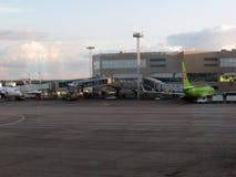 πληρωμένος η Μόσχα χώρος στάθμευσης domodedovo αερολιμένων Εσωτερική άποψη του διεθνούς τερματικού Στοκ Εικόνα