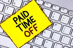 Πληρωμένος κείμενο χρόνος γραφής μακριά Η έννοια που σημαίνει τις διακοπές με την πλήρη πληρωμή παίρνει τη στηργμένος θεραπεία δι στοκ φωτογραφίες