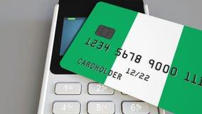 Πληρωμή ή POS τερματικό με την πιστωτική κάρτα που χαρακτηρίζει τη σημαία της Νιγηρίας Νιγηριανό λιανικό εμπόριο ή τραπεζικό σύστ απόθεμα βίντεο