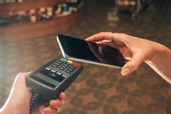 Πληρωμή από το smartphone με NFC πέρα από το ασύρματο πρωτόκολλο στοκ εικόνες