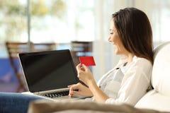 Πληρωμή γυναικών σε απευθείας σύνδεση με μια πιστωτική κάρτα Στοκ εικόνες με δικαίωμα ελεύθερης χρήσης