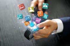 Πληρωμή επιχειρηματιών και σε απευθείας σύνδεση δίκτυο αγορών στο έξυπνο ρολόι στοκ εικόνα