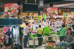 Πληρωμή και γραφείο μετρητών στο ταϊλανδικό hypermart στοκ εικόνα