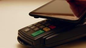 Πληρωμή με μια συσκευή ταμπλετών απόθεμα βίντεο