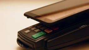 Πληρωμή με μια συσκευή ταμπλετών φιλμ μικρού μήκους