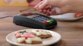 Πληρωμή με πιστωτική κάρτα NFC στον καφέ Πελάτης που πληρώνει με την ανέπαφη πιστωτική κάρτα απόθεμα βίντεο