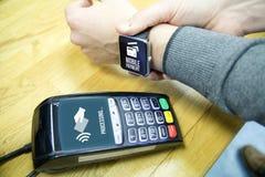Πληρωμή με το έξυπνο ρολόι στοκ φωτογραφία με δικαίωμα ελεύθερης χρήσης