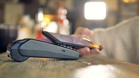 Πληρωμή που γίνεται με το smartphone χρησιμοποιώντας nfc το σύστημα και την ανέπαφη κάρτα φιλμ μικρού μήκους