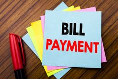 Πληρωμή του Μπιλ κειμένων ανακοίνωσης γραφής Η έννοια για την τιμολόγηση πληρώνει τις δαπάνες που γράφονται σε κολλώδες χαρτί σημ στοκ φωτογραφίες