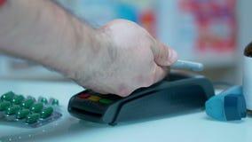 Πληρωμή Nfc στο φαρμακείο Ιατρική πληρωμή με την κινητή αμοιβή Τεχνολογία Nfc απόθεμα βίντεο