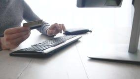 Πληρώνοντας με μια πίστωση-κάρτα σε απευθείας σύνδεση, αγορές Αρσενικά χέρια με την πιστωτική κάρτα κατά τη διάρκεια των αγορών μ απόθεμα βίντεο