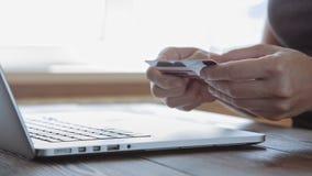 Πληρώνοντας με μια πιστωτική κάρτα σε απευθείας σύνδεση, αγορές φιλμ μικρού μήκους