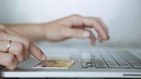 Πληρώνοντας με μια πιστωτική κάρτα σε απευθείας σύνδεση, αγορές απόθεμα βίντεο