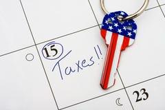πληρώνοντας το φορολογ&i Στοκ Φωτογραφίες