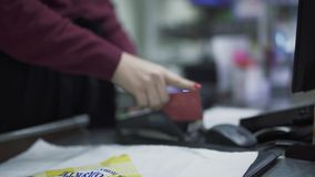 Πληρώστε στην υπεραγορά χρησιμοποιώντας μια πιστωτική κάρτα απόθεμα βίντεο