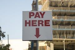 Πληρώστε το σημάδι εδώ στάθμευσης στοκ εικόνες με δικαίωμα ελεύθερης χρήσης