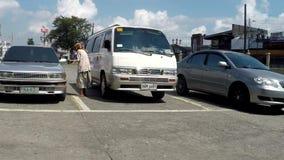 Πλησιάζοντας αυτοκίνητα επαιτών ηλικιωμένων γυναικών που ζητούν τις ελεημοσύνες απόθεμα βίντεο