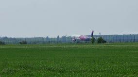 Πλησιάζοντας διάδρομος αεροπλάνων Wizz, προσγείωση απόθεμα βίντεο