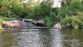 Πλησιάζοντας μικρός καταρράκτης στο εθνικό πάρκο Voyageurs απόθεμα βίντεο
