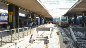 Πλησιάζοντας πλατφόρμα και επιβάτες τραίνων που περπατούν με το καροτσάκι στο σιδηροδρομικό σταθμό τερμάτων της Ρώμης φιλμ μικρού μήκους