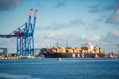 Πλοίο μεταφοράς τυποποιημένων εμπορευματοκιβωτίων ΒΡΈΜΗ Msc στο λιμένα Klaipeda Στοκ Εικόνες
