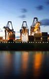 Πλοίο μεταφοράς τυποποιημένων εμπορευματοκιβωτίων που ξεφορτώνεται Στοκ φωτογραφίες με δικαίωμα ελεύθερης χρήσης