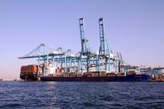 Πλοίο μεταφοράς τυποποιημένων εμπορευματοκιβωτίων Frisia Heldinki που μεταφορτώνει στη νότια αποβάθρα Algeciras του λιμανιού Στοκ εικόνα με δικαίωμα ελεύθερης χρήσης