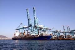Πλοίο μεταφοράς τυποποιημένων εμπορευματοκιβωτίων Frisia Heldinki που μεταφορτώνει στη νότια αποβάθρα Algeciras του λιμανιού Στοκ εικόνες με δικαίωμα ελεύθερης χρήσης