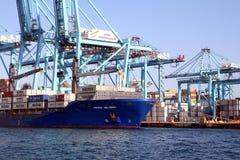Πλοίο μεταφοράς τυποποιημένων εμπορευματοκιβωτίων Frisia Heldinki που μεταφορτώνει στη νότια αποβάθρα Algeciras του λιμανιού Στοκ φωτογραφία με δικαίωμα ελεύθερης χρήσης