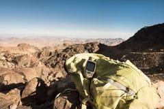 Πλοηγός ΠΣΤ και κορυφή βουνών σακιδίων πλάτης στην έρημο Στοκ φωτογραφίες με δικαίωμα ελεύθερης χρήσης