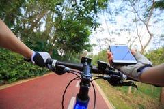Πλοηγός ΠΣΤ χρήσης χεριών ποδηλατών στο smartphone Στοκ εικόνα με δικαίωμα ελεύθερης χρήσης