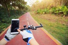 Πλοηγός ΠΣΤ χρήσης χεριών ποδηλατών στο smartphone Στοκ φωτογραφία με δικαίωμα ελεύθερης χρήσης