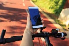 Πλοηγός ΠΣΤ χρήσης χεριών στο κινητό τηλέφωνο Στοκ Εικόνες
